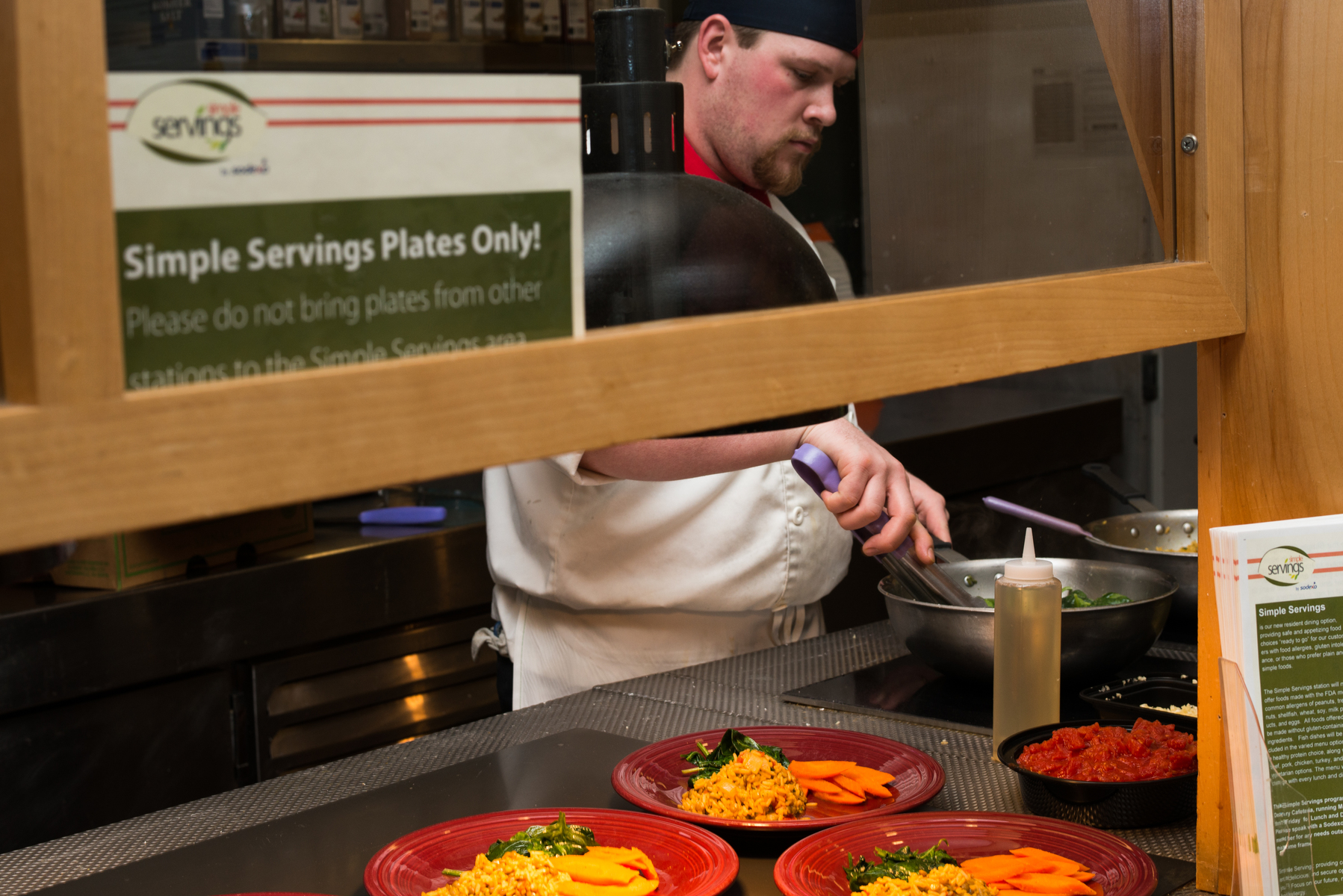 Sodexo employee plates food in Decary Dining Hall