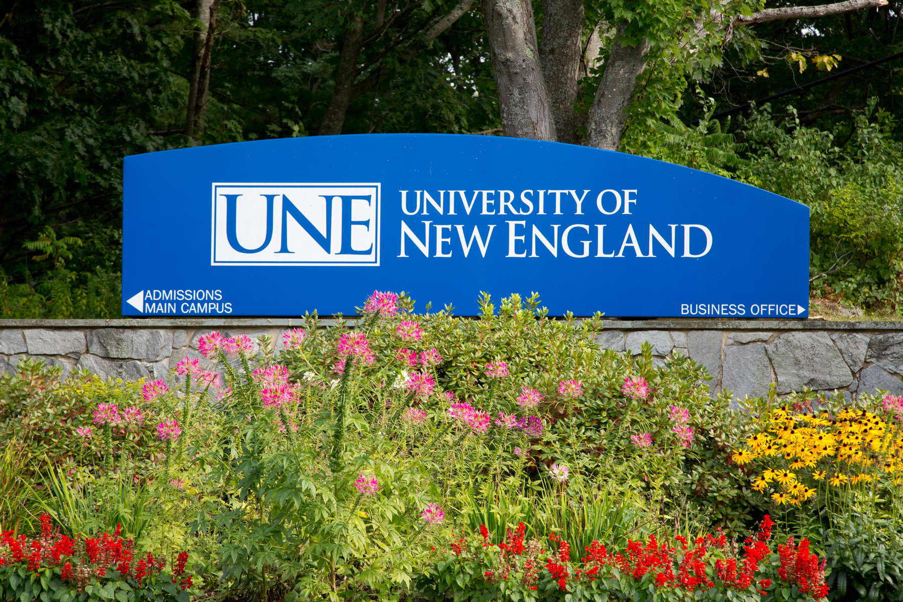 UNE Welcome Sign