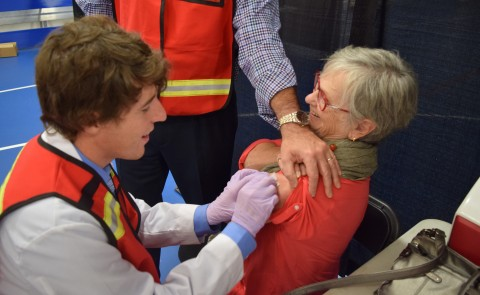 A UNE medical student volunteers at a vaccination clinic